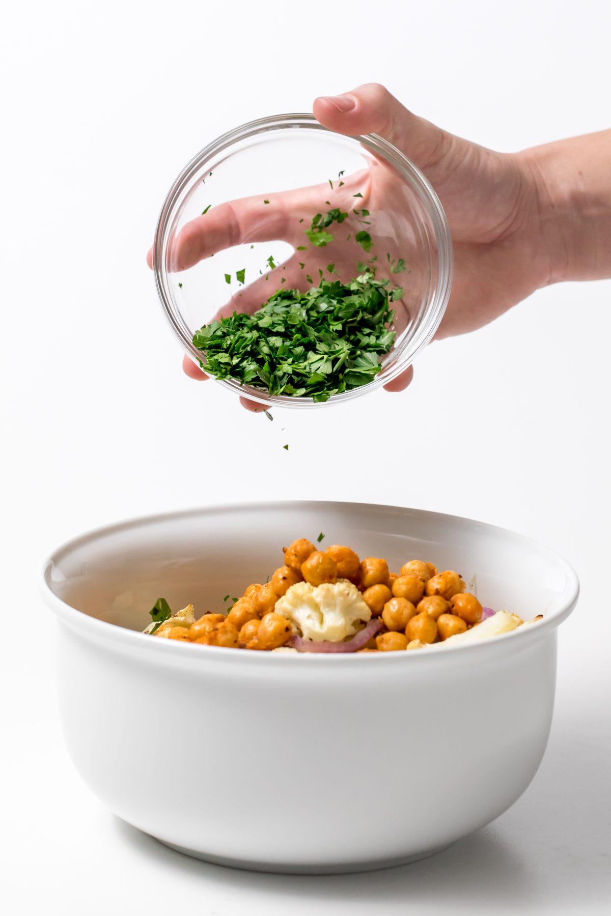 5D4B3776 - Cauliflower salad with Lemon tahini dressing - Assemble the salad