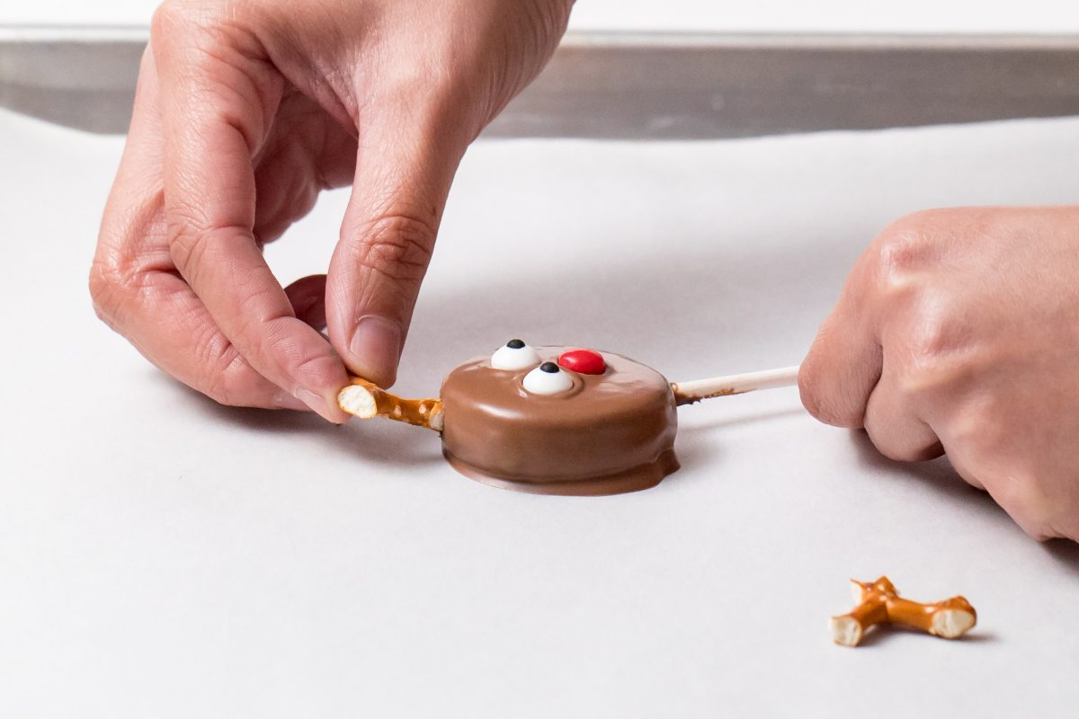 5D4B6942 - Reindeer Oreo Pops - Turn the Oreo pops into reindeer