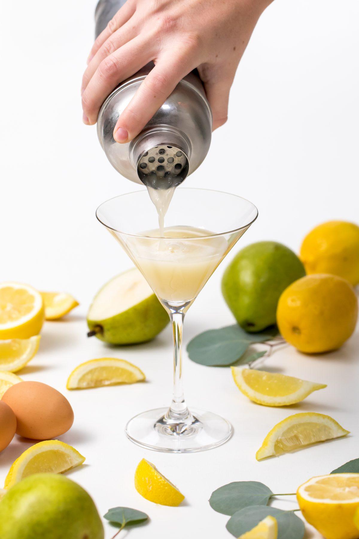 5D4B7580 - Pear Sour - Pour into glass